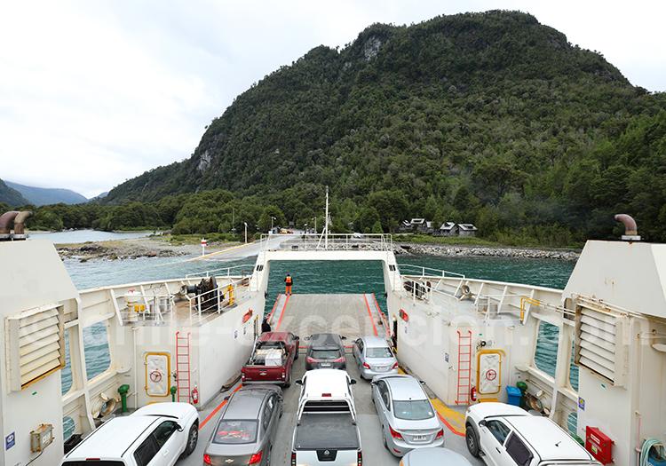 Traversée en ferry de Leptepu à Caleta Gonzalo
