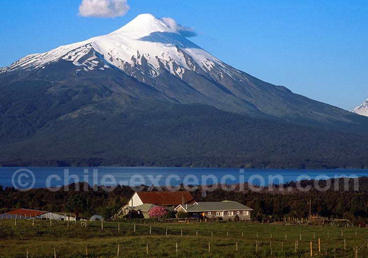 Route au pied du volcan Osorno, au loin volcan Puntiagudo
