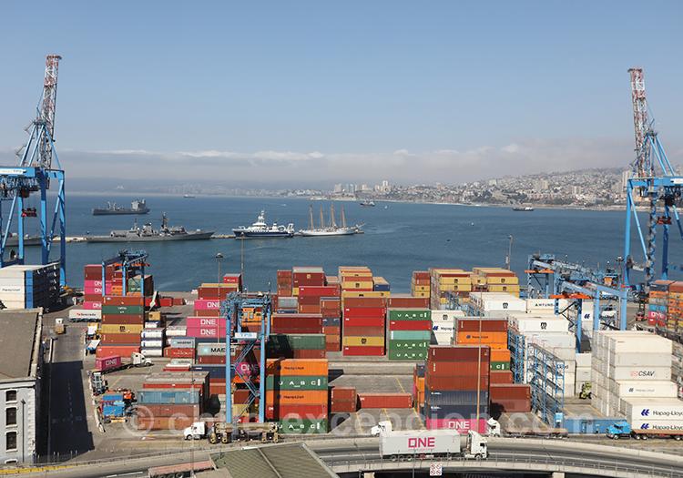 Le port industriel de Valparaiso avec l'agence de voyage Chile Excepción