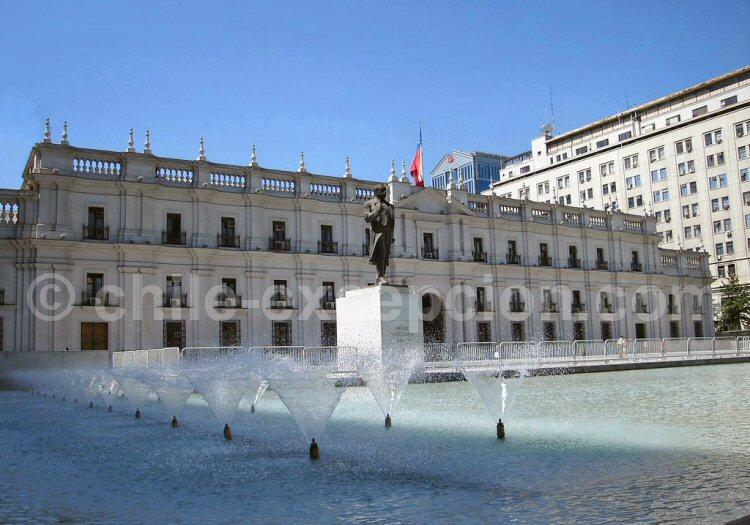 Statue de Arturo Alessandri Palma devant l'actuel Palais de la Moneda