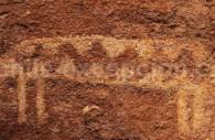 Pétroglyphe des Lamas à Hierbas Buenas et une reproduction artistique moderne dans le désert d'Atacama