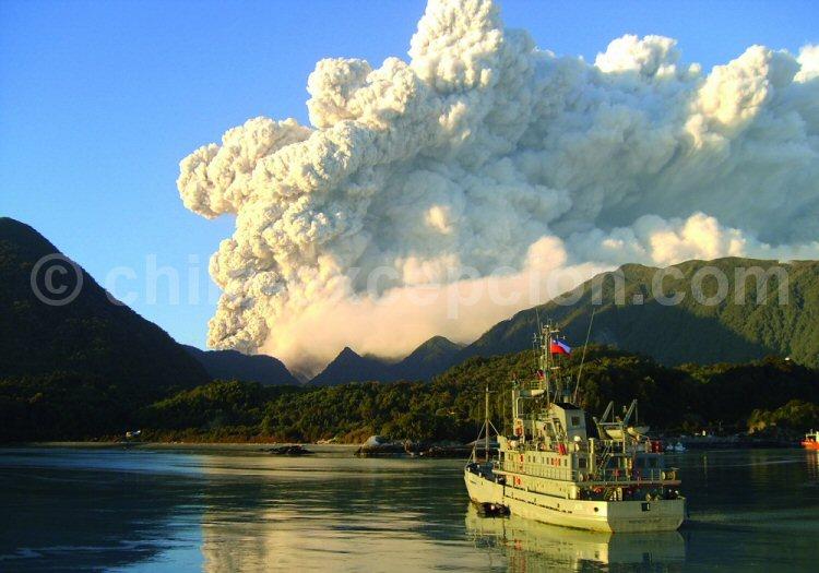 Bateau de la marine chilienne et volcan Chaitén
