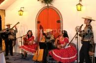 La danse La Cueca, chantée à deux voix et accompagnée par la harpe et le tambourin