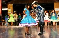 La Cueca se danse en couple avec un mouchoir dans la main droite, Crédit Carla