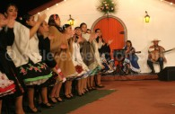 Femmes dansant la cueca au Chili