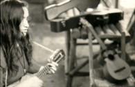 Violeta Parra à la guitare. Crédit www.violetaparra.cl