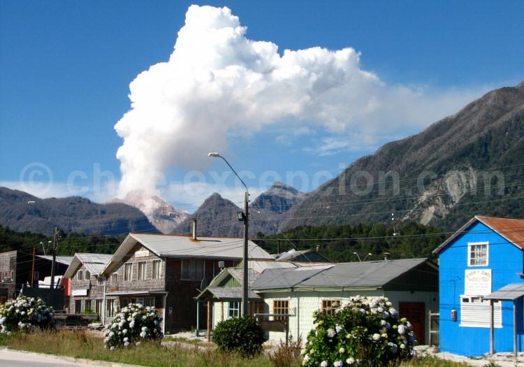 Volcán Chaitén depuis le village Chaitén, janvier 2009. Crédit Marcos Vagni