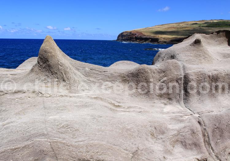 Le littoral de l'île de Pâques formé de magma
