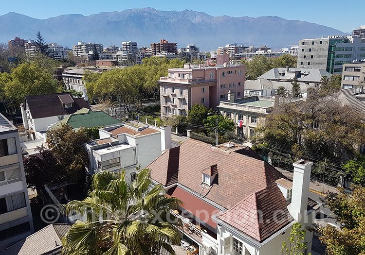 Vue aérienne sur le quartier de Providencia, Santiago, Chili avec l'agence de voyage Chile Excepción