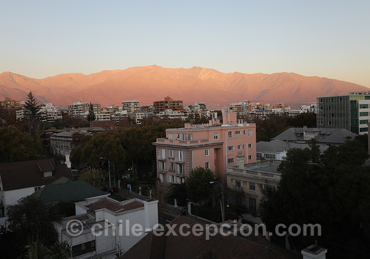 Coucher de soleil sur les montagnes autour de Santiago, Quartier de Providencia avec l'agence de voyage Chile Excepción