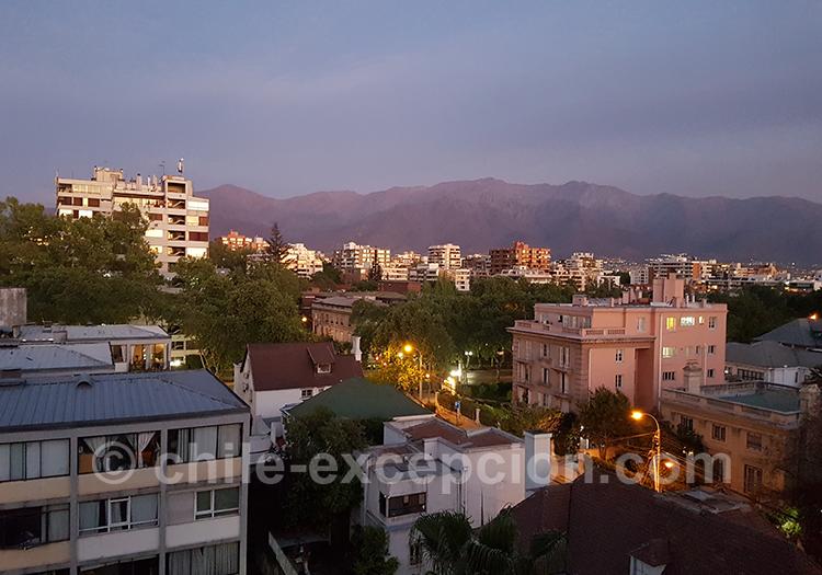 Tombée de la nuit sur le quartier de Providencia à Santiago avec l'agence de voyage Chile Excepción