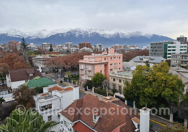 Vue sur les montagnes enneigées, quartier Providencia, Santiago, Chili