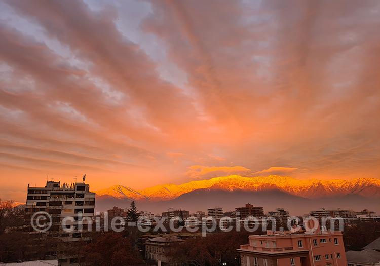 Coucher de soleil sur les monts enneigés, quartier Providencia, Santiago
