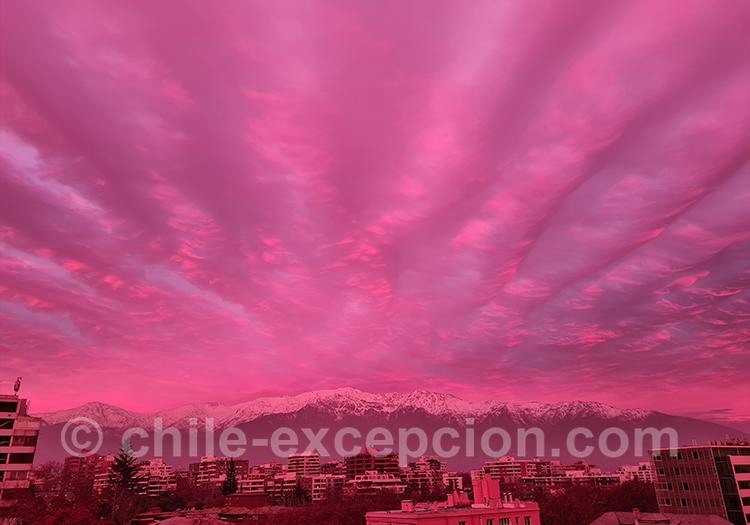 Coucher de soleil féérique sur le quartier Providencia à Santiago, ciel rose
