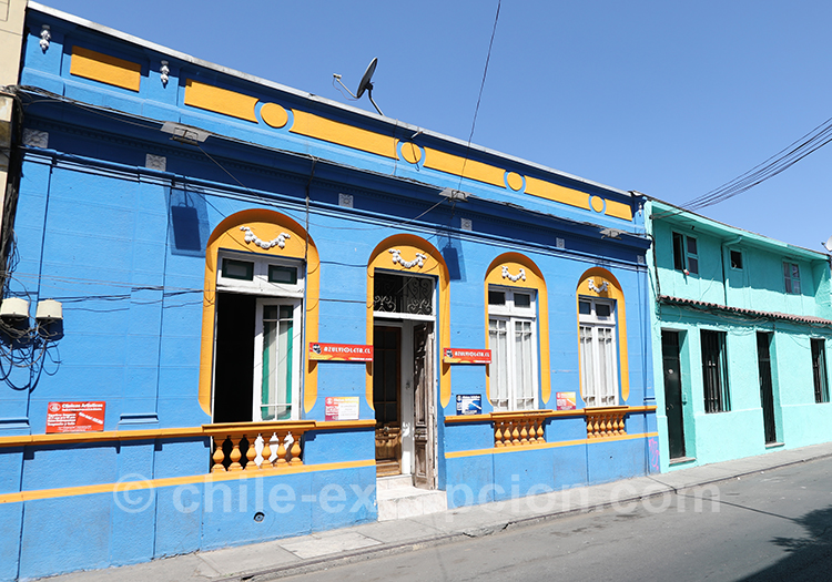 Maison jaune et bleue du quartier Yungay à Santiago au Chili