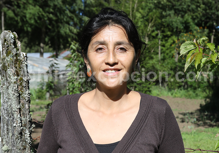 Portrait d'une chilienne de la région des lacs et volcans