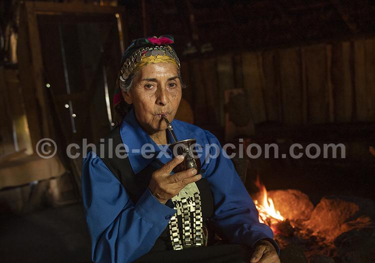 Dans une ruka, maison traditionnelle des indiens Mapuche, Irma Epulef, perpétue les traditions du peuple mapuche dans la région de Pucon.
