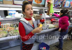 Vendeuse de salade de fruits de mer