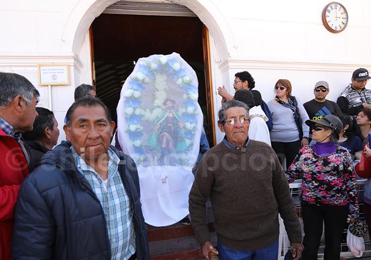 Cortège de fidèles. procession de la vierge d'Ayquina, Chili
