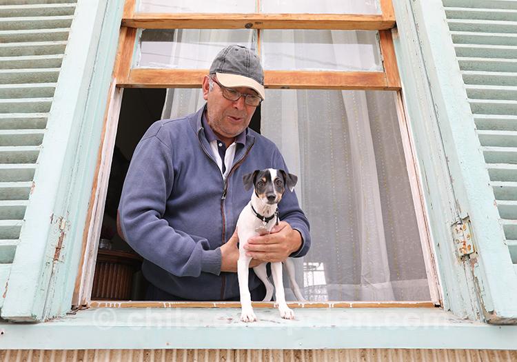 Habitant de Valparaiso avec son chien