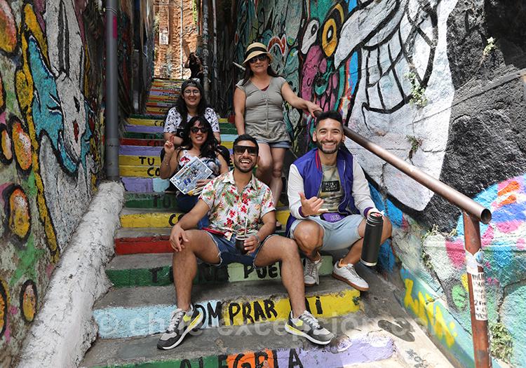 Groupes d'amis dans les rues de Valparaiso, Chili