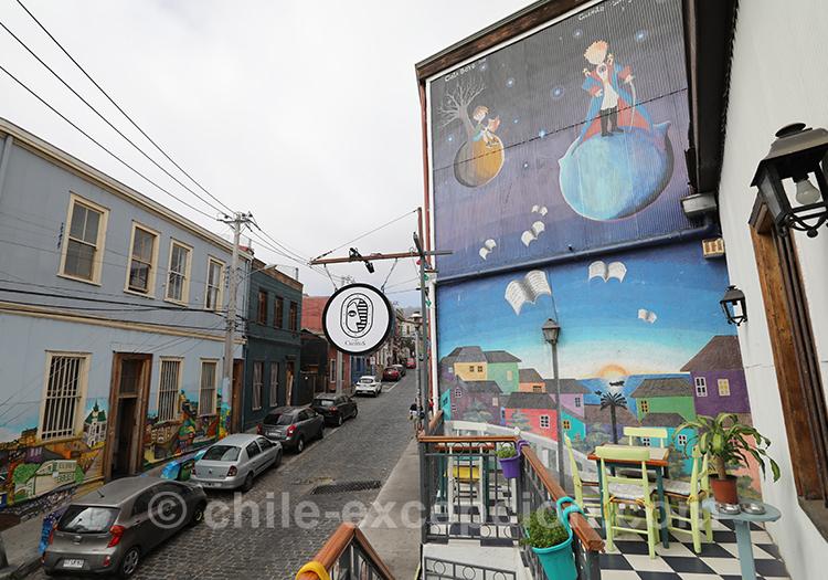 Rues colorées et ciel gris de Valparaiso, Cerro Concepción