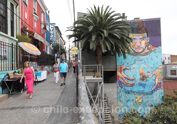 Les passants dans les rues de Valpo au Cerro Concepción