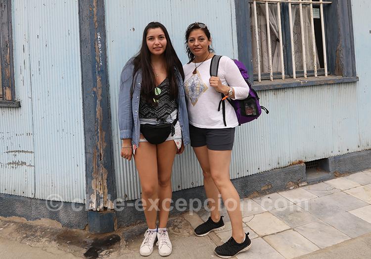 Passantes dans les rues de Valparaiso