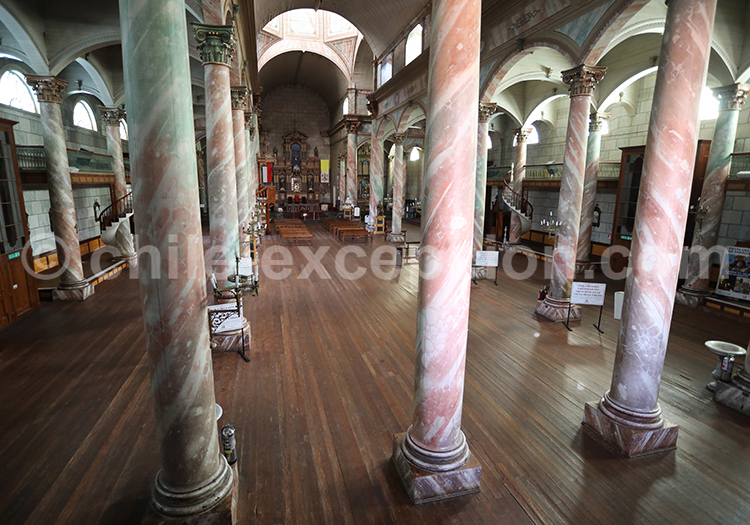 Intérieure grande église de Andacollo, Chili