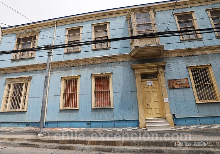 Maison bleue dans les rues du Cerro Alegro, Valparaiso, Chili avec l'agence de voyage Chile Excepción