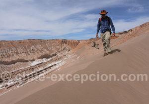 Marche dans les dunes d'Atacama