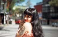 Mon Laferte, chanteuse chilienne, avec Chile Excepción