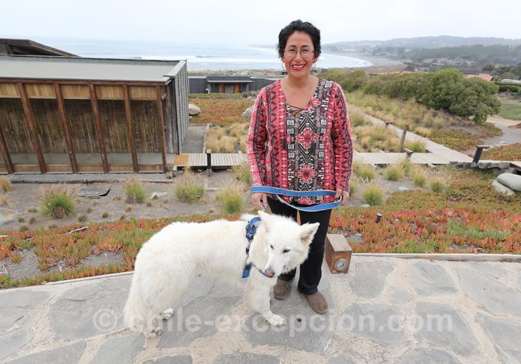 Femme qui promène son chien à Pichilemu, côte Pacifique, Chili