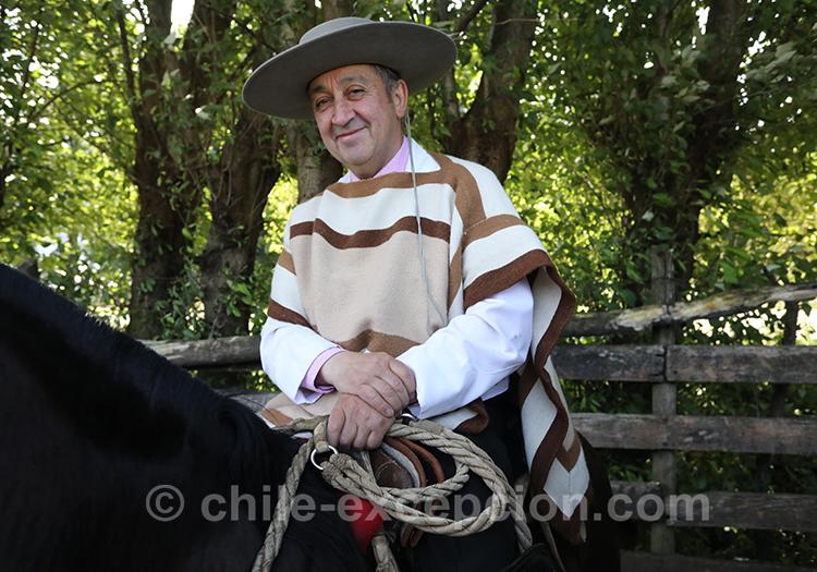 Huaso en habit traditionnel et sur son cheval