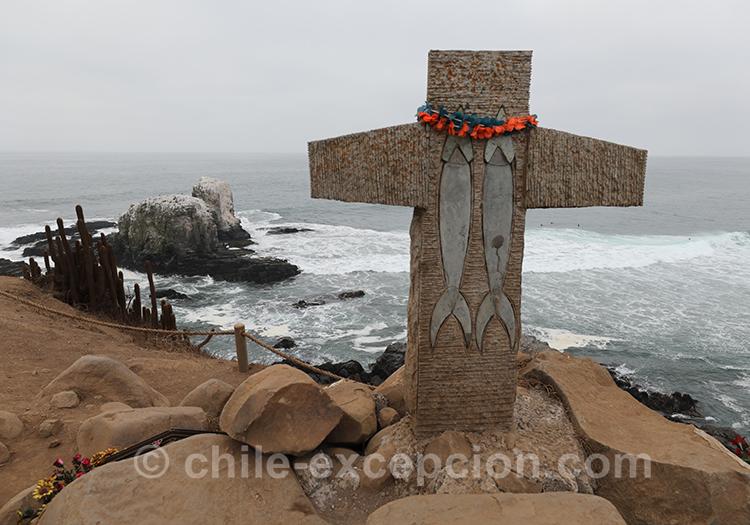 Croix face à la mer à Pichilemu, Chili