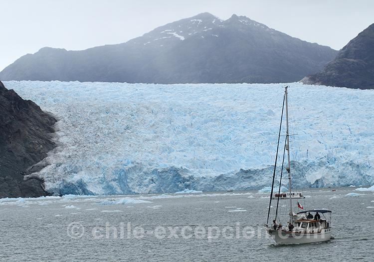 Voilier sur le lac San Rafael, Patagonie australe, Chili
