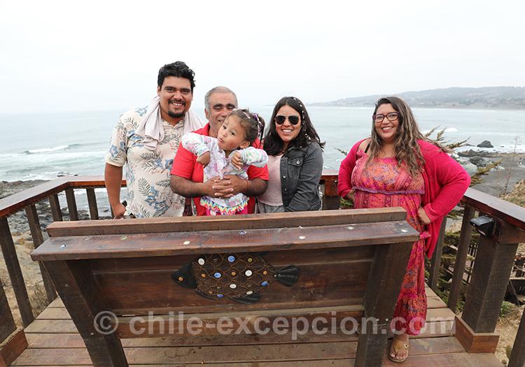 Famille qui se promène sur la côté Pacifique, Pichilemu, Chili