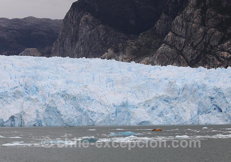 Les glaciers de la Patagonie australe, depuis Puerto Aysén, Chili