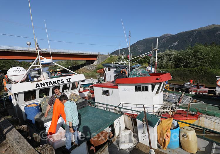 Les bateaux de pêche du port de Puerto Aysén, Patagonie australe Chili