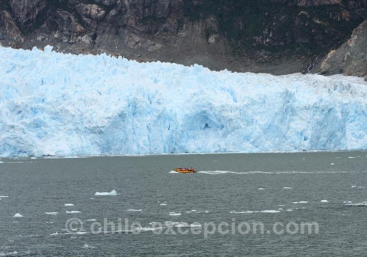 Bateau qui s'approche de la glace, Patagonie australe, Chili