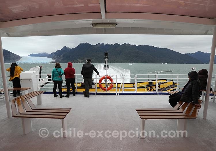Le bateau de l'excursion glacier sur le lac San Rafael, Chili