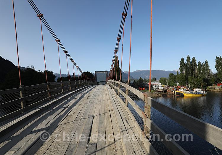 Passer le pont de Puerto Aysén, Patagonie australe, Chili