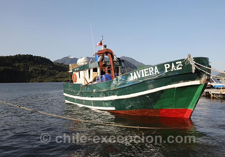 Bateau de pêche sur la baie Acantilada, Chacabuco, Chili