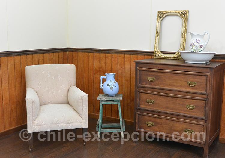 Exposition d'objets d'époque, avec un vase bleu posé sur un tabouret, musée historique municipal avec l'agence de voyage Chile Excepción