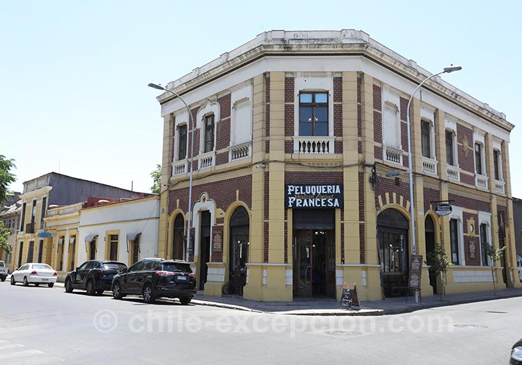Restaurant La Peluquería Francesa, ancien salon de coiffure à tendances françaises de Santiago devenu restaurant français dans le quartier de Yungay