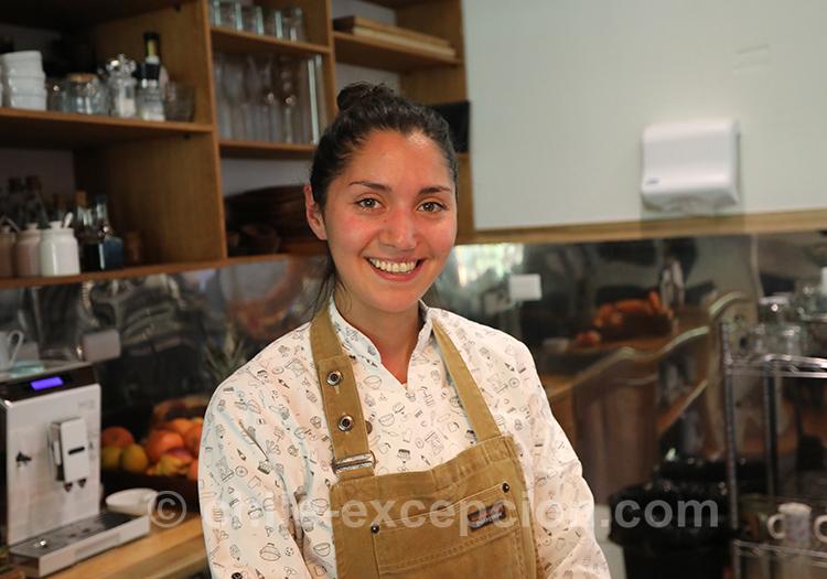 Le sourire d'une femme chilienne derrière son bar à Coyhaique, Chili avec l'agence de voyage Chile Excepción