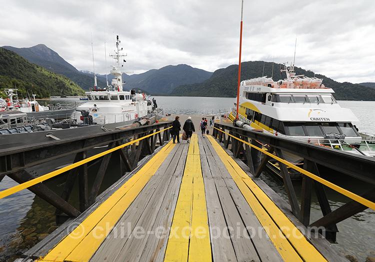 Prendre le bateau pour se rendre au thermes Ensenada Pérez, Chili