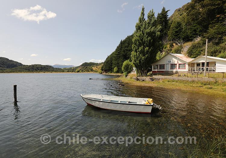 Petite barque sur le lac Elizalde, Chili