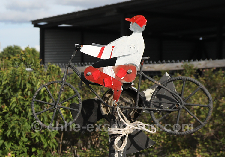 Statuette de cycliste à l'aéroport Balmaceda au Chili