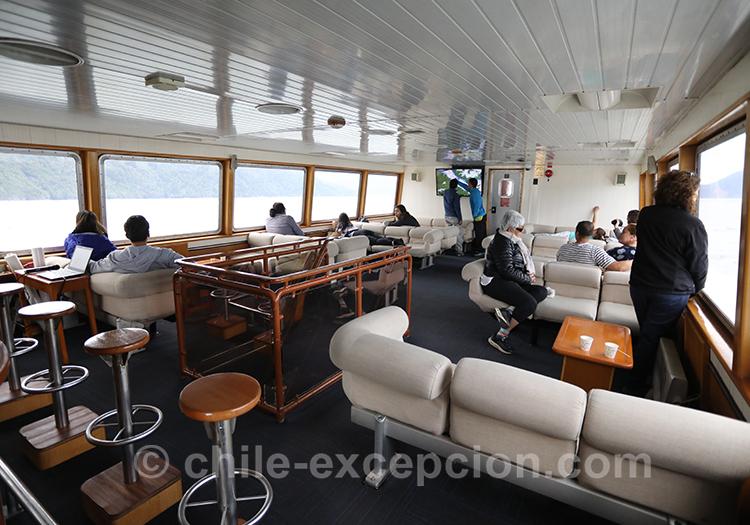Intérieur du bateau qui mène aux thermes Ensenada Pérez, Chili